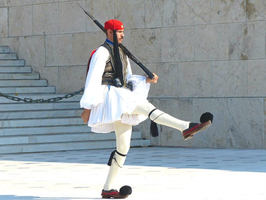 athen-reisetipps-wachabloesung-parlament-evozen